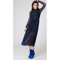NA-KD Trend Siateczkowa sukienka midi z długim rękawem - Navy. Niebieskie sukienki damskie NA-KD Trend, z elastanu, ze stójką, z długim rękawem. W wyprzedaży za 135.80 zł.
