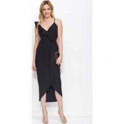 Czarna Sukienka Długa Kopertowa z Falbankami. Czarne sukienki damskie Molly.pl, w jednolite wzory, eleganckie, z asymetrycznym kołnierzem, z długim rękawem. Za 149.90 zł.