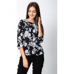 Czarna bluzka w duże kwiaty QUIOSQUE. Czarne bluzki damskie QUIOSQUE, w kwiaty, z tkaniny, biznesowe, z dekoltem w łódkę. Za 149.99 zł.