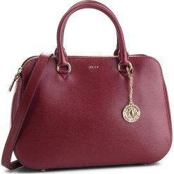 Torebka DKNY - Bryant Md Satchel R83D3620 Blood Red XOD. Czerwone torebki do ręki damskie DKNY, ze skóry. Za 1,199.00 zł.