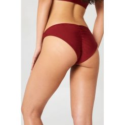 Hannalicious x NA-KD Dół bikini z marszczeniem - Red. Czerwone bikini damskie Hannalicious x NA-KD. W wyprzedaży za 40.48 zł.