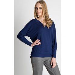 Granatowa luźna bluzka  BIALCON. Niebieskie bluzki damskie BIALCON, z jeansu, sportowe, z dekoltem w serek, z długim rękawem. Za 119.00 zł.