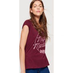 Koszulka z napisem - Bordowy. Czerwone t-shirty damskie Cropp, z napisami. Za 19.99 zł.
