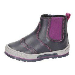 Skórzane botki w kolorze granatowo-fioletowym. Botki dziewczęce marki Born2be. W wyprzedaży za 129.95 zł.