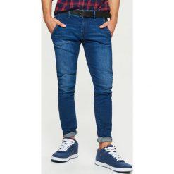 Jeansy SLIM z paskiem - Granatowy. Niebieskie jeansy męskie Cropp. Za 149.99 zł.