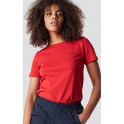 NA-KD Trend T-shirt basic Saint - Red. Czerwone t-shirty damskie NA-KD Trend, z nadrukiem, z jersey, z okrągłym kołnierzem. Za 72.95 zł.