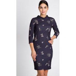Granatowa sukienka z rękawem 3/4 QUIOSQUE. Szare sukienki damskie QUIOSQUE, w kwiaty, z tkaniny, biznesowe, z golfem. W wyprzedaży za 109.99 zł.