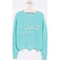 Guess Jeans - Sweter dziecięcy 118-175 cm. Swetry dla dziewczynek Guess Jeans, z bawełny, z okrągłym kołnierzem. Za 259.90 zł.