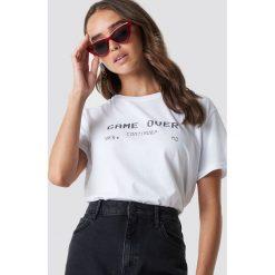 NA-KD Trend T-shirt oversize Game Over - White. Białe t-shirty damskie NA-KD Trend, z nadrukiem, z jersey, z okrągłym kołnierzem. Za 72.95 zł.