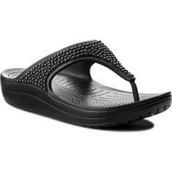 Japonki CROCS - Sloane Embellished Flip 204181 Black/Black. Czarne klapki damskie Crocs, z tworzywa sztucznego. W wyprzedaży za 149.00 zł.