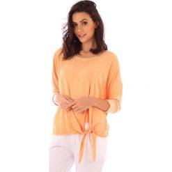 Koszulka w kolorze pomarańczowym. Bluzki damskie fille de Coton, z bawełny, klasyczne, z okrągłym kołnierzem. W wyprzedaży za 86.95 zł.