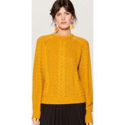 Sweter z warkoczowym splotem - Żółty. Żółte swetry damskie Mohito, ze splotem. Za 119.99 zł.