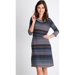 Sukienka w pasy z paskiem QUIOSQUE. Szare sukienki damskie QUIOSQUE, na jesień, w kolorowe wzory, z dzianiny, z golfem. W wyprzedaży za 69.99 zł.