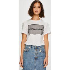 Calvin Klein Jeans - Top. Szare topy damskie Calvin Klein Jeans, z aplikacjami, z bawełny, z okrągłym kołnierzem, z krótkim rękawem. Za 279.90 zł.
