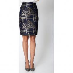 Granatowa spódnica ze złotym wzorem QUIOSQUE. Żółte spódnice damskie QUIOSQUE, w geometryczne wzory, z tkaniny, eleganckie. Za 149.99 zł.