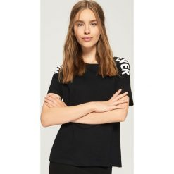 Koszulka z napisami - Czarny. Czarne t-shirty damskie Sinsay, z napisami. W wyprzedaży za 14.99 zł.