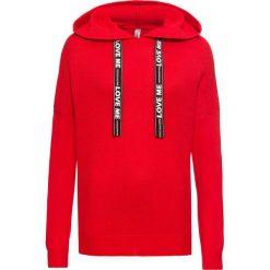 Sweter dzianinowy z drukowanymi paskami bonprix truskawkowy. Swetry damskie marki bonprix. Za 89.99 zł.