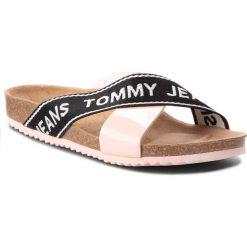 Klapki TOMMY JEANS - Flat Cor EN0EN00322 Rose Cloud 646. Czarne klapki damskie Tommy Jeans, z jeansu. Za 249.00 zł.
