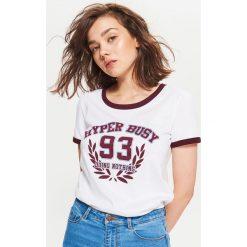 Koszulka w stylu lat 90-tych - Biały. Białe t-shirty damskie Cropp. Za 29.99 zł.