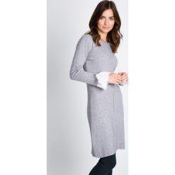 Szara swetrowa sukienka z mankietem QUIOSQUE. Szare sukienki damskie QUIOSQUE, z tkaniny, z długim rękawem. W wyprzedaży za 49.99 zł.