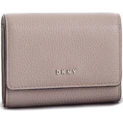 Mały Portfel Damski DKNY - Card Case R82ZA503  Warm Grey 72. Portfele damskie marki DKNY. W wyprzedaży za 239.00 zł.