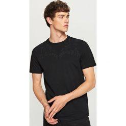 T-shirt z haftem na dekolcie - Czarny. Czarne t-shirty męskie Reserved, z haftami. W wyprzedaży za 29.99 zł.