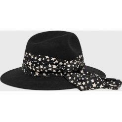 Femi Stories - Kapelusz Anda. Czarne czapki i kapelusze damskie Femi Stories. Za 149.90 zł.