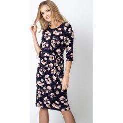 Granatowa sukienka w kwiaty z wiązaniem QUIOSQUE. Brązowe sukienki damskie QUIOSQUE, w kwiaty, z dzianiny, z dekoltem w łódkę, z długim rękawem. Za 179.99 zł.