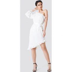 NA-KD Asymetryczna sukienka na jedno ramię - White. Białe sukienki damskie NA-KD, z poliesteru, z asymetrycznym kołnierzem. W wyprzedaży za 97.17 zł.