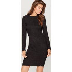 Sukienka z wycięciem na plecach - Czarny. Czarne sukienki damskie Mohito, z dekoltem na plecach. Za 99.99 zł.