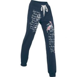 Spodnie sportowe, długie bonprix ciemnoniebieski z nadrukiem. Niebieskie spodnie dresowe damskie bonprix, z nadrukiem. Za 89.99 zł.