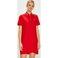 Tommy Jeans - Sukienka. Czerwone sukienki damskie Tommy Jeans, z bawełny, casualowe, z krótkim rękawem. Za 399.90 zł.