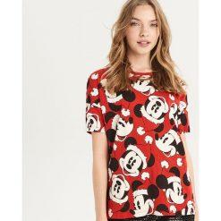 Świąteczny t-shirt Mickey Mouse - Czerwony. Czerwone t-shirty damskie Sinsay, z motywem z bajki. Za 39.99 zł.