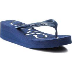 Japonki CALVIN KLEIN JEANS - Tamber Jelly R4117 Steel Blue/White. Niebieskie klapki damskie Calvin Klein Jeans, w paski, z jeansu. W wyprzedaży za 149.00 zł.