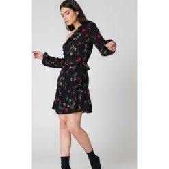 NA-KD Boho Sukienka z odkrytymi ramionami - Black,Multicolor. Sukienki damskie NA-KD Boho, z tkaniny, boho, z asymetrycznym kołnierzem. W wyprzedaży za 60.98 zł.