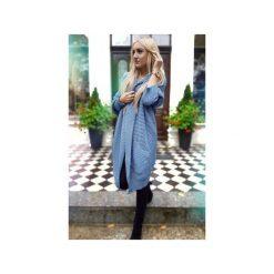 Długi asymetryczny sweter damski w kolorze jeansu, zimowy kardigan damski. Niebieskie kardigany damskie Ekoszale, z jeansu. Za 189.00 zł.