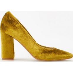 Aksamitne czółenka na wysokim obcasie ReDesign - Złoty. Żółte czółenka damskie Reserved. Za 299.99 zł.