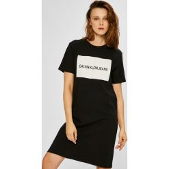 Calvin Klein Jeans - Sukienka. Szare sukienki damskie Calvin Klein Jeans, z nadrukiem, z bawełny, casualowe, z okrągłym kołnierzem, z krótkim rękawem. W wyprzedaży za 219.90 zł.