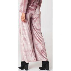 Boohoo Aksamitne spodnie z szerokimi nogawkami - Pink. Różowe spodnie materiałowe damskie Boohoo. W wyprzedaży za 24.29 zł.