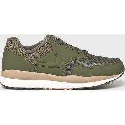 Nike Sportswear - Buty Nike Air Safari. Szare buty sportowe męskie Nike Sportswear, z materiału. W wyprzedaży za 339.90 zł.