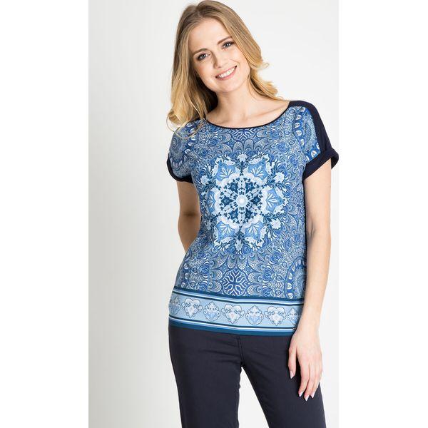 11c99c67fc22 Granatowa bluzka z orientalnym niebieskim wzorem QUIOSQUE - Bluzki ...