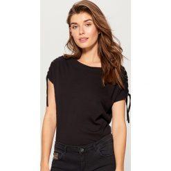 Bawełniana koszulka z wiązaniami - Czarny. Czarne t-shirty damskie Mohito, z bawełny. W wyprzedaży za 29.99 zł.
