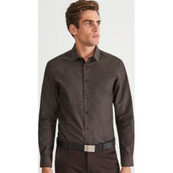 Koszula regular fit - Brązowy. Brązowe koszule męskie Reserved. Za 139.99 zł.