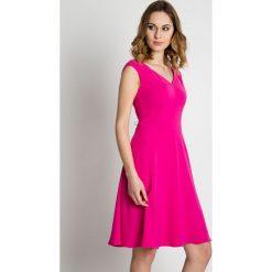 Rozkloszowana różowa sukienka do kolan BIALCON. Czerwone sukienki damskie BIALCON, ze skóry, eleganckie, z kopertowym dekoltem, z krótkim rękawem. W wyprzedaży za 288.00 zł.