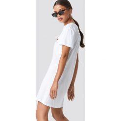 NA-KD Rose Embroidery T-shirt Dress - White. Białe t-shirty damskie NA-KD, z materiału, z koszulowym kołnierzykiem. Za 80.95 zł.