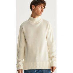 Sweter z półgolfem - Biały. Białe swetry przez głowę męskie Reserved. Za 119.99 zł.