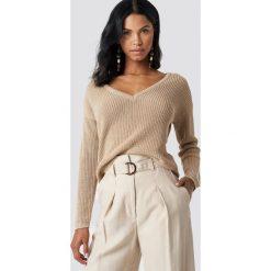 NA-KD Sweter z głębokim dekoltem V - Beige. Brązowe swetry damskie NA-KD, dekolt w kształcie v. Za 121.95 zł.