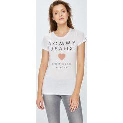 Tommy Jeans - Top. Szare topy damskie Tommy Jeans, z nadrukiem, z bawełny, z okrągłym kołnierzem, z krótkim rękawem. W wyprzedaży za 129.90 zł.