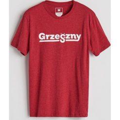 T-shirt z nadrukiem - Czerwony. Czerwone t-shirty męskie Reserved, z nadrukiem. Za 29.99 zł.