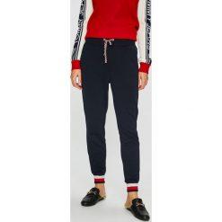 Tommy Hilfiger - Spodnie. Szare spodnie materiałowe damskie Tommy Hilfiger, z bawełny. Za 449.90 zł.